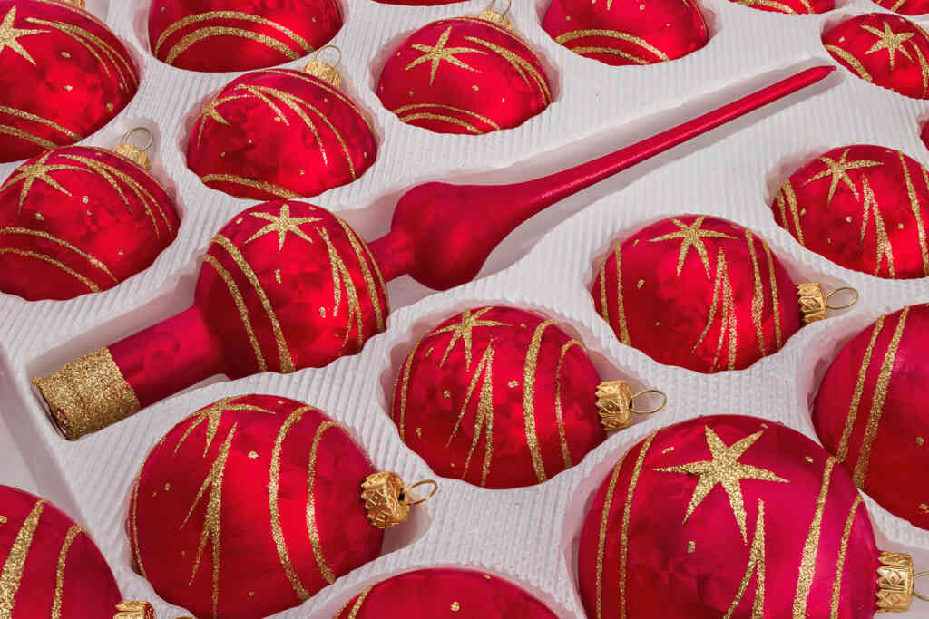 "A detailed look on the set of 39 handmade christmas ornaments in ""red with golden comets""."