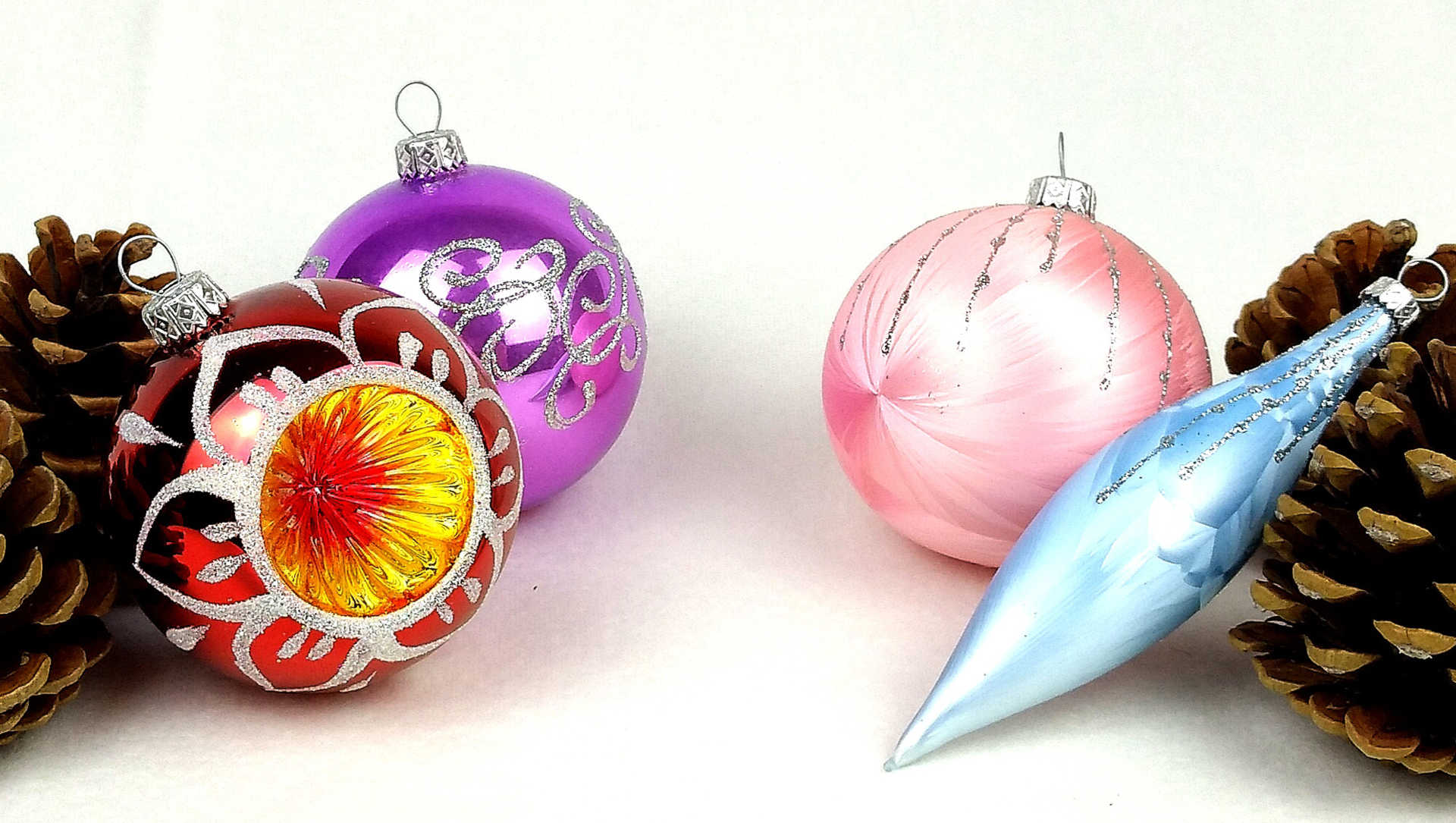 How glass Christmas ornaments are made